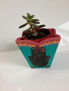 Maceitas con cactus pintadas con hamsa transparente
