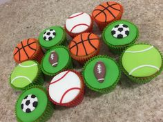 Cupcakes decorados no tema bolas esportivas, toda a decoração foi feita em pasta de açúcar, portanto comestível. Bola de basquete, bola de tênis, bola de futebol, bola de baseball e bola de futebol americano