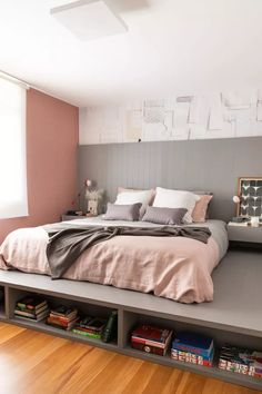cama com tablado tons de rosa e cinza cabeceira ripada Apartamento Sabará / Ana Sawaia Arquitetura Aesthetic Bedroom, Home Decor Bedroom, Decoration, New Homes, House Design, Interior Design, Furniture, Academia, Rose Gold