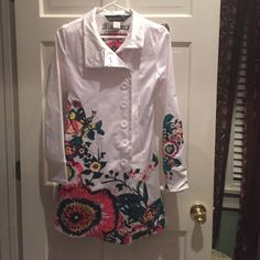 Desigual trench coat NWOT Desigual trench coat, NWOT. Mint cond. white sheen with embroidery and hand painting. Size 36 (xs or s). AMAZING coat that is 100% Fashionista! Desigual Jackets & Coats Trench Coats