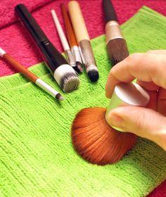 Ganz easy und günstig Kosmetikpinsel reinigen | Schwatz Katz