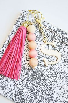 Learn how to easily dye wood beads for an awesome keychain! : Learn how to easily dye wood beads for an awesome keychain! Bead Crafts, Jewelry Crafts, Handmade Jewelry, Wood Bead Garland, Beaded Garland, Beaded Tassel Necklace, Diy Keychain, Creative Crafts, Wooden Beads
