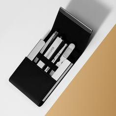 Ylellinen 4-osainen kynsisarja, jossa karkaistu ruostumattomasta teräksestä valmistetut työkalut kompaktaisessa kotelossa, joka on valmistettu premium-PU-nahasta. Magneettinen suljin näyttää laser kaiverretun logon. Laser Engraving, Pu Leather, Innovative Products, Display, Luxury, Stainless Steel, Nail, Accessories, Logos