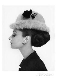 Vogue - August 1964 - Audrey Hepburn in Fur Hat Regular Photographic Print von Cecil Beaton bei AllPosters.de