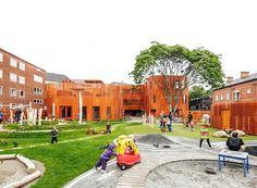 Localizado na Dinamarca, o espaço é composto por cinco pequenos prédios rodeados por bastante verde