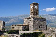 Gjirokaster in Albanië In de stad Gjirokaster in het zuiden van Albanië vind je een bijzondere mix van Griekse en Ottomaanse architectuur. Bezoek ook zeker het fort, het grootste in het land