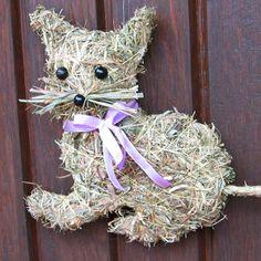 Katze aus Heu Door Wreaths, Grapevine Wreath, Straw Decorations, Wreath Tutorial, Fall Diy, Topiary, Felt Flowers, Grape Vines, Flower Arrangements