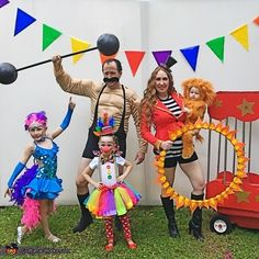Circus Carneval DIY Costume I Karneval Fasching Kostüm Zirkus Lauren: Mom (Lauren Castine) - lion tamer Baby (Blakely) - lion cub Dad (Kevin Castine) - strong man Oldest daughter (Kendall) - tightrope walker Middle daughter (Leighton) - clown We always. Circus Family Costume, Family Themed Halloween Costumes, Halloween Bebes, Halloween Circus, Halloween Costume Contest, Family Halloween Costumes, Holidays Halloween, Halloween Diy, Halloween Decorations