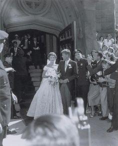 Never-before-seen wedding photos of JFK and Jackie Kennedy - NY Daily News Jfk And Jackie Kennedy, Les Kennedy, Jaqueline Kennedy, Jackie O's, Jackie Kennedy Wedding, Familia Kennedy, Wedding Dresses Photos, Rare Photos, Iconic Photos