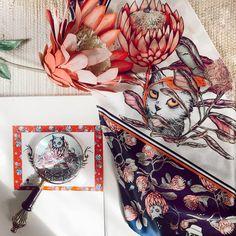 Pañuelo Sawubona clásico ♥️ una hermosa opción para disfrutar de tan linda ilustración!!! Te gustan estos colores? . . . . . . . #sofialapenta #estampasparalupa #animallover #catlover #fashion #fashiondesign #drawing  #surrealism #arte #sketchbook  #work #artwork #studio #visualsoflife #poetryofsimplethings Cat Lover, Drawing, I Like You, Sweetie Belle, Colors, Art, Sketch, Draw, Drawings