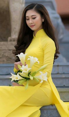 Beautiful, elegant with its own National Flavour. Posted by Sifu Derek Frearson Vietnamese Traditional Dress, Vietnamese Dress, Traditional Dresses, Oriental Dress, Oriental Fashion, Long Dress Fashion, Look Fashion, Beautiful Girl Image, Beautiful Asian Women