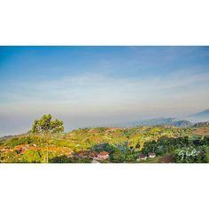 gradasi warna kelam semalam abu-hitam mulai mengulum teduh biru berserabut kapas menawarkan rasa pijak membumi ke kanan ke kiri telinga meraba tangan mendedah mata menganga aku takut mereka sama . . TS Bdg 29092015  #poems #poetry #puisi #quoteoftheday #reminder #nature #hunter #natures #ExploreNature #instanature #natureaddict #naturelovers #sunrise #mountain #sky #explore #bandung #livefolk #liveauthentic @giegulali by sajak.ts