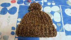 棒針編みが苦手で、でも棒針編みのようなニット帽が編みたい!と思って、かぎ針編みでニット帽を編んでみました。 引き上げ編みを使っているので伸縮性があってぬくぬくの帽子が編めました。 使う編み方は「長編み」「表引き上げ編み」「裏引き上げ編み」「バック細編み」だけで、大きなかぎ針で編むので初心者の方でも簡単にざくざくあっという間に編めると思います。