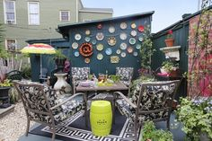 Love the plates and the marquee sign on the outdoor building - this is from Valorie's Bold New Orleans Home on Apartment Therapy!