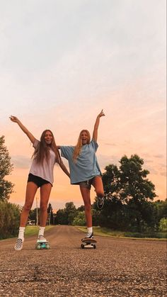 Best Friends Shoot, Best Friend Poses, Cute Friends, Photos Bff, Friend Photos, Bff Pics, Photo Adolescent, Foto Best Friend, Best Friends Aesthetic