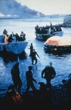 El 1º batallón de Guardias Galeses llega a la costa luego del ataque de la FAA el 08/06/1982. Al fondo el HMS Sir Galahad en llamas...
