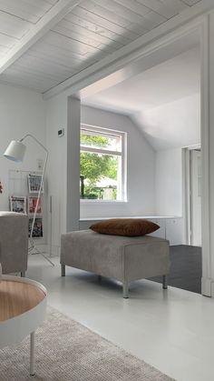 By SIDDE is een Nederlands online woonmerk. We maken de bank pas als jij hem bestelt en leveren binnen 7-9 werkdagen gratis bij je thuis. Incl. 5 jaar vlekkengarantie. Je mag de bank 30 dagen thuis testen, en bevalt hij toch niet? Dan halen we hem kosteloos weer bij je op en krijg je je geld terug. Vraag een gratis stofstalenkit op van je favoriete bank via onze website en bekijk thuis welke kleuren er mogelijk zijn. Living Room Sofa Design, Living Room Designs, Living Room Decor, Bedroom Decor, Old Home Renovation, Mobile Home Renovations, Modern Luxury Bedroom, Luxurious Bedrooms, Tiny House Living