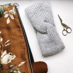"""Mille Fryd Knitwear on Instagram: """"Iris Pandebånd er i shoppen 🧶 Iris er strikket i en dejlig blød kombi af Arwetta og Tilia fra @filcolana 🧶 Perfekt til de håndstrikkede…"""" Diy Baby, Iris, Diy And Crafts, Knit Crochet, Knitting, Instagram, Tricot, Breien, Ganchillo"""