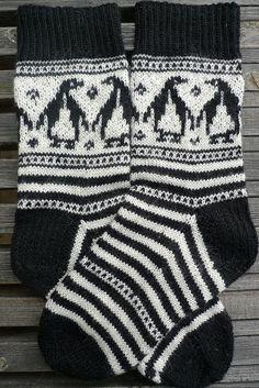 Ravelry: kaos' Pungvinsokker Knit Stockings, Knitted Christmas Stockings, Stocking Tights, Christmas Knitting, Fair Isle Knitting Patterns, Knitting Charts, Knitting Stitches, Knitting Socks, Penguin Socks