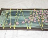 Plat à cake en faïence noire.Turquoise et pois violets. : Cuisine et service de table par terre-a-terres