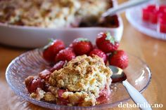 Jeg elsker kombinasjonen av jordbær og rabarbra!  Her i en superdeilig og enkel smuldrepai. Mandlerog marsipan gir veldig god smak på smuldredeigen og passer godt til den søt-syrlige smaken fra rabarbraen. Ideell sommerkake hvis du bare vil bruke noen få minutter på å bake...