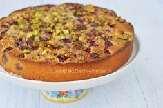 Proef de Oosterse smaken in deze cake: Kokos, amandelen, pistache en kersen .