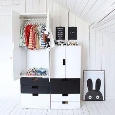chambre d 39 enfant avec rangement stuva en noir et blanc lit flaxa en noir et blanc et banc ikea. Black Bedroom Furniture Sets. Home Design Ideas