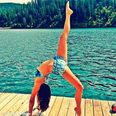 Nina Dobrev mostra elasticidade ao praticar ioga usando biquíni