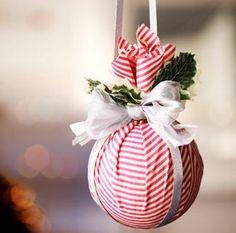 Adorno navideño hecho con tela y bola de unicel o poliespan.