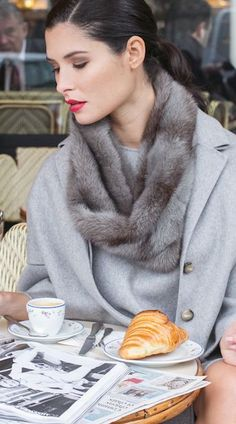 Wonderful style for a winter personal branding photoshoot Parisienne Chic, Looks Style, Style Me, Paris Fashion, Winter Fashion, Women's Fashion, Ladies Who Lunch, Cafe Style, Parisian Style