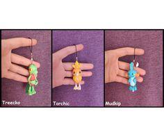 Treecko Torchic Mudkip Pokemon Figure Charm Dust Plug  #treecko #torchic #mudkip #pokemon #figure #polymerclay #charm #kawaii #cute #claycrafts Polymer Clay Figures, Polymer Clay Charms, Pokemon Starters, Mudkip, Dust Plug, Anime Figures, Clay Crafts, Plugs, Kawaii