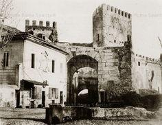 : Lato interno di Porta San Lorenzo, controporta fatta costruire dall'Imperatore Onorio nel 402-403 in previsione dell'arrivo dei Goti. Fu smantellata , con l'edificio a fianco,nel 1869 da Pio IX, oggi resta solo l'imposta sinistra dell'arco Anno: 1852 'ca