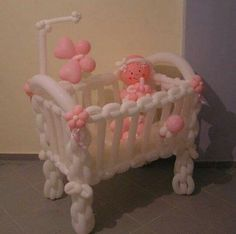 Crib and baby completely made of balloons. An intricate decoration for your baby shower. Baby Balloon, Baby Shower Balloons, Baby Shower Parties, Baby Shower Themes, Baby Shower Gifts, Baby Gifts, Ballon Decorations, Balloon Centerpieces, Balloon Flowers