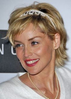 Sharon Stone is known for its beautiful short hairstyles. Here's the handwriting Sharon Stone Short Hair Models It will inspire you and you will want to Great Haircuts, Thin Hair Haircuts, Trendy Haircuts, Short Hair Cuts, Sharon Stone Hairstyles, Sharon Stone Photos, Headbands For Short Hair, Celebrity Hairstyles, Woman Hairstyles