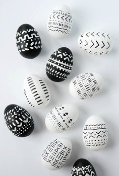 Black and white patterns adorn these pretty little DIY mud cloth inspired Easter eggs. With a few supplies, you've got some gorgeous eggs. eggs cascarones decorados DIY Mud Cloth Inspired Easter Eggs - Alice and Lois Easter Ideas, Navidad Diy, Diy Ostern, Easter Party, Easter Gift, Egg Decorating, Easter Baskets, Easter Crafts, Easter Decor