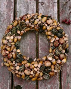 Pine cones and acorns autumn wreath Autumn Wreaths For Front Door, Easy Fall Wreaths, Easy Fall Crafts, Diy Fall Wreath, Christmas Wreaths, Christmas Decorations, Acorn Wreath, Wreath Forms, Halloween Home Decor