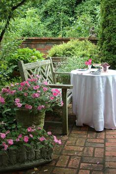 16 Garden Decor Idea For July Day – DIY Easy Patriotic Backyard Craft Project - Bored Fast Food Garden Cottage, Home And Garden, Cacti Garden, Rose Cottage, Backyard Seating, Garden Seating, Backyard Ideas, Modern Garden Design, My Secret Garden