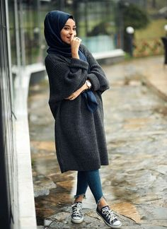 These attractive hijab winter outfits ideas will put you in the good books of the fashion police; a hijab goes naturally with the winter look! Hijab Casual, Hijab Outfit, Hijab Chic, Casual Winter Outfits, Ootd Hijab, Stylish Hijab, Classy Outfits, Modern Hijab Fashion, Street Hijab Fashion