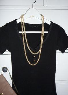 Kupuj mé předměty na #vinted http://www.vinted.cz/damske-obleceni/tricka/15432680-cerne-elegantni-tricko-reserved-se-zlatymi-knoflicky