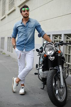 Italian men dress fashion conscious, stylish and always trendy. We give 5 tips on how to discover th Mens Dressing Styles Casual, Man Dressing Style, Style Casual, Casual Dressing, Swag Style, Italian Mens Fashion, Indian Men Fashion, Italian Style Men, Mdv Style