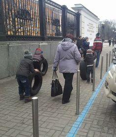 19.2. 6:34  Kyiv protesters as they are. фото - Artem Zhosan  #Europe #Ukraine #євромайдан #euromaidan pic.twitter.com/tn1gv9vwpn