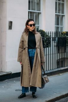 Forget About the Shows — London Fashion Week Was All About the Street Style How To Wear Loafers, Loafers Outfit, Outfit Jeans, Gucci Loafers, London Fashion Weeks, Trench Coat Outfit, Long Trench Coat, Trenchcoat Style, Mode Dope