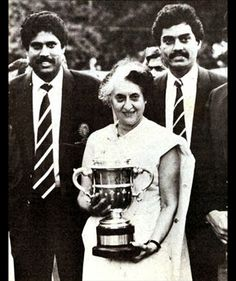 #RareImages #Sports #Cricket  Captain #KapilDev and the Indian team presenting 1983 Cricket #WorldCup to Prime Minister #IndiraGandhi.