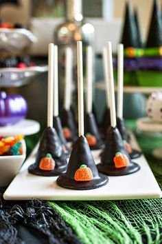 Pin for Later: 111 Kid-Approved Halloween Treats and Eats Witch Hat Cake Pops Serena Silchenko created these awesome witch hat cake pops for a Halloween party — steal the idea for your own. Halloween Cake Pops, Halloween Sweets, Halloween Pumpkins, Halloween Ideas, Halloween Appetizers, Halloween Music, Halloween Baking, Halloween Parties, Halloween