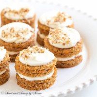 Mini Carrot Cakes with Candied Pecans ~Sweet & Savory Adorable mini carrot cakes filled with classic cream cheese frosting and studded with crunchy candied pecans! It's the only way to eat carrot cake! Mini Cakes, Cupcake Cakes, Cupcakes, Mini Carrot Cake, Carrot Cakes, Carrot Cake Cookies, Mini Desserts, Dessert Crepes, Mini Carrots