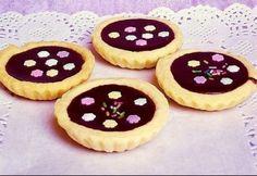 Csokikrémmel töltött kosárkák recept képpel. Hozzávalók és az elkészítés részletes leírása. A csokikrémmel töltött kosárkák elkészítési ideje: 32 perc Cannoli, Homemade Ice, Cake Recipes, Cheesecake, Muffin, Sweets, Breakfast, Food, Cukor