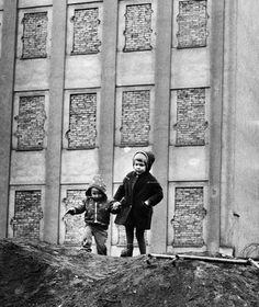 Berlin, construction of the wall: East children from West-Berlin in front of a house with blocked windows in East-Berlin - August 1961