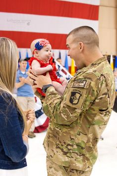 SEAL Of Honor shares. The sweetest homecoming there is! Military Love, Military Photos, Military Families, Soldiers Coming Home, Welcome Home Daddy, Fort Campbell, Military Homecoming, Good Daddy, Fight For Us