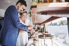 Standesamtliche Hochzeit im Ermeler Haus mit Saxophonmusik. Die Feier des Brautpaares fand auf einem gemütlichen Holzboot und grandioser Hochzeitstorte von süßeflora statt.  #berlinweddings #hochzeit #brautkleid #lebendigehochzeitsfotos #hochzeitsfotografberlin #hochzeitsfotografie #berlin #sommerhochzeit #hochzeitsinspiration #hochzeitsfotos #lebendigehochzeitsfotos #hochzeitsreportage #brautstyling #jawort #hochzeitsboot #hochzeitsfeieraufderspree #ermelerhaus #hochzeitstorte #süsseflora Wedding Dresses, Civil Wedding, Newlyweds, Wedding Cakes, Wedding Photography, Celebration, Bridle Dress, House, Bride Dresses