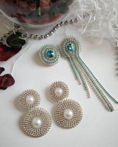 💥Новинки💥  Серьги в наличии. Стоимость 800р. #украшенияручнойработы #серьгиручнойработы #серьгиизстраз #серьгиуфа #серьгикисти… Unique Earrings, Beautiful Earrings, Beaded Earrings, Earrings Handmade, Beaded Jewelry, Handmade Jewelry, Wire Jewelry Designs, Jewelry Patterns, Ear Jewelry